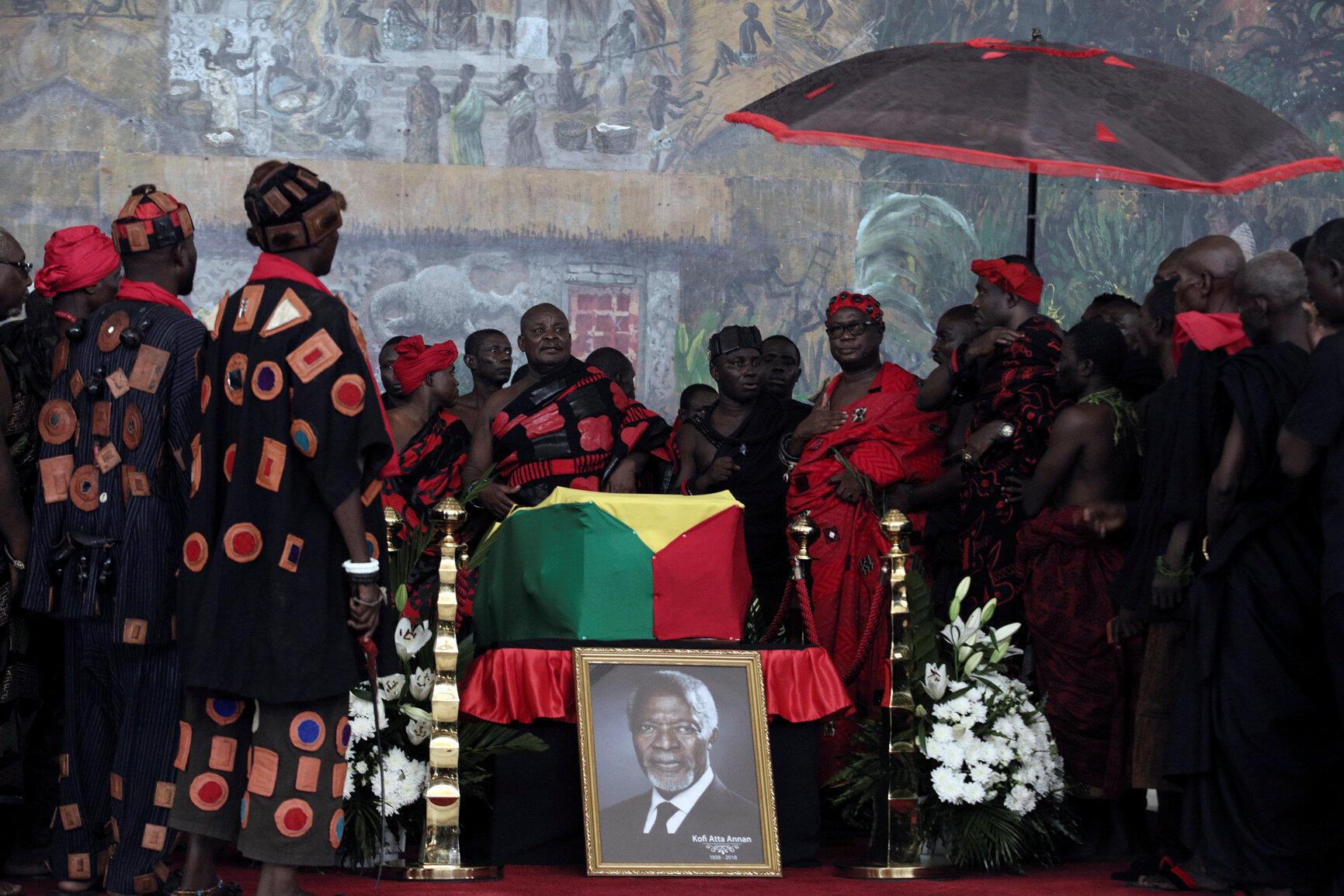 Des chefs traditionnels ghanéens ont rendu hommage à Kofi Annan, mercredi 12 septembre.