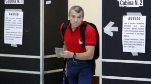 Un homme sort d'un bureau de vote, le 13 juin à Rome.