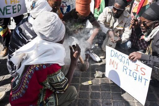 Defensores da descriminalizar da maconha festejaram a decisão fumando a erva diante da Suprema Corte em Joanesburgo.