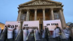 Plusieurs centaines de manifestants se sont réunis à Paris ce vendredi 15 mars 2013 pour dire «stop aux massacres en Syrie».