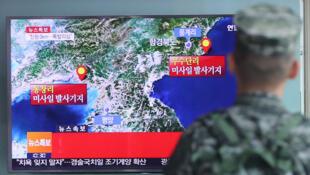 Южнокорейский военнослужащий смотрит новостной сюжет о землятресении на Корейском полуострове, вызванным ядерными испытаниями КНДР, Сеул, 9 сентября 2016.