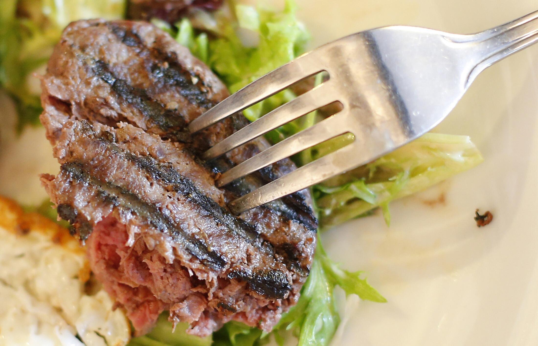 Steak de carne de cavalo servido em um restaurante francês em Londres, na Inglaterra.