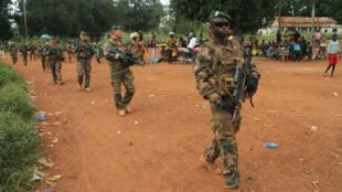(Photo d'illustration) Des légionnaires français de la force Sangaris patrouillent à Sibut, au nord de Bangui, le 25 septembre 2015.