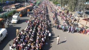 疫情中的印度農村人口的返鄉潮 Migrants in the Indian capital, New Delhi queuing to get away to their home villages, April 2020
