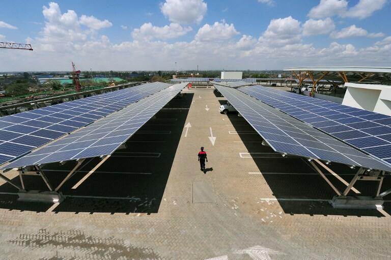 Les panneaux solaires d'un abri solaire au centre commercial Garden City à Nairobi, Kenya.