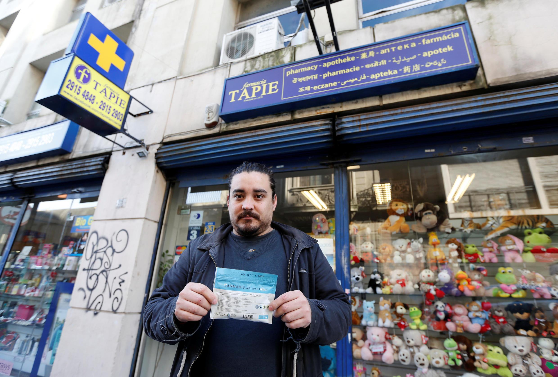 Xavier Ferreyra posa con un paquete de marihuana que ha comprado el 19 de julio de 2017, en Montevideo.