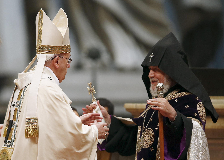 Giáo Hoàng Phanxicô (trái) tiếp Thượng phụ chính thống giáo Armania trong Thánh lễ12/04/2015, tưởng niệm 100 năm vụ thảm sát người Armenia.