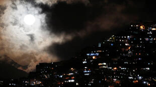 La Superluna aparece encima del barrio popular de Petare en Caracas, Venezuela. 14 de Noviembre de 2016.