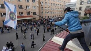 Louhansk, 29 avril 2014. Une vingtaine de jeunes, armés de barres de fer, ont brisé une fenêtre pour entrer au siège de l'administration régionale.