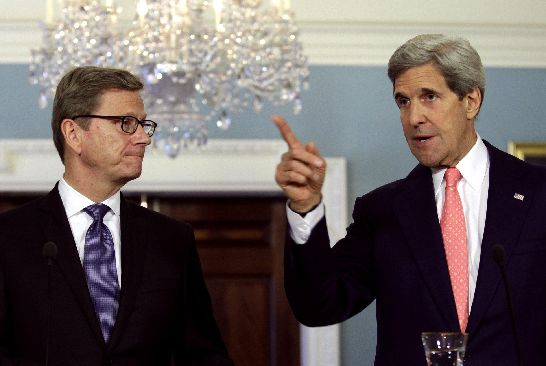 Le ministre allemand des Affaires étrangères, Guido Westerwelle (g.) et le secrétaire d'Etat américain John Kerry, le 31 mai 2013 à Washington.
