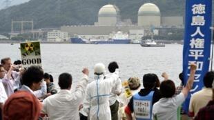 Des manifestants anti-nucléaire ont accueilli le convoi de Mox livré, le 27 juin 2013.