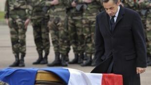 Nicolas Sarkozy rendant hommage aux soldats tués, à Montauban, le 21 mars 2012.