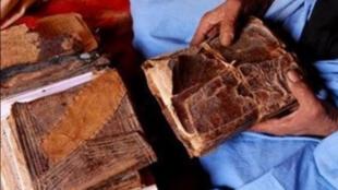 Après la prise de Tombouctou par les islamistes, en avril 2012, l'ONG Savama-DCI est parvenue à sauver 360 000 manuscrits, au cours d'une opération secrète menée alors que les combats faisaient rage.