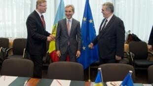 Еврокомиссар Штефан Фюле, премьер-министр Молдовы Юрий Лянкэ и заместитель главы МИД Греции Димитрис Курулас.