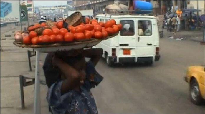 Une petite fille, vendeuse ambulante de fruits au marché d'Antokpa, à Cotonou, au Bénin (Capture d'écran).