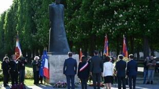 Homenagem do Governo francês perante a estátua de Komitas, compositor e etnomusicólogo arménio.