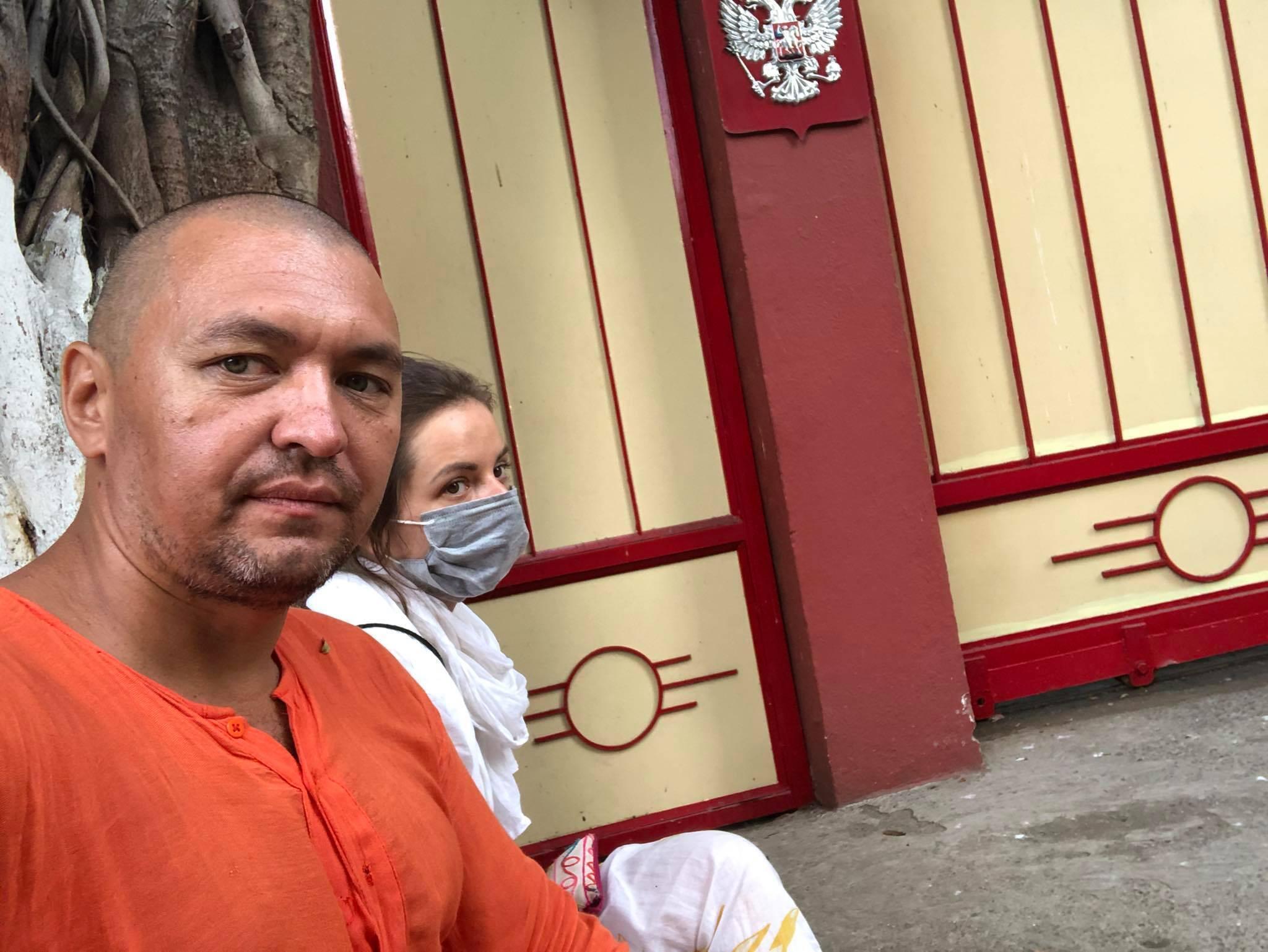 Евгений Пешков у ворот российского консульства в Мумбаи