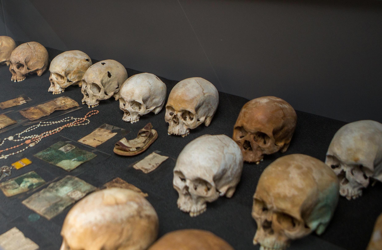 Crânios das vítimas em exposição dentro do Memorial do Genocídio em Gisozi, em Kigali, Ruanda, 3 de abril de 2019.