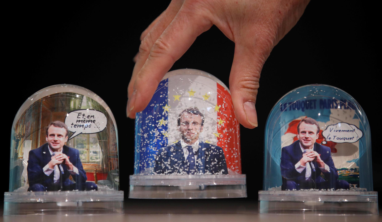 """В Париже уже можно найти сувениры с изображением """"человека года"""" по версии Paris Match"""