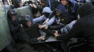 在乌克兰东部另一城市顿涅茨克,亲俄团体和警察也发生了肢体冲突。