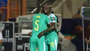 Idrissa Gueye félicite Sadio Mané, unique buteur du match Ouganda-Sénégal.