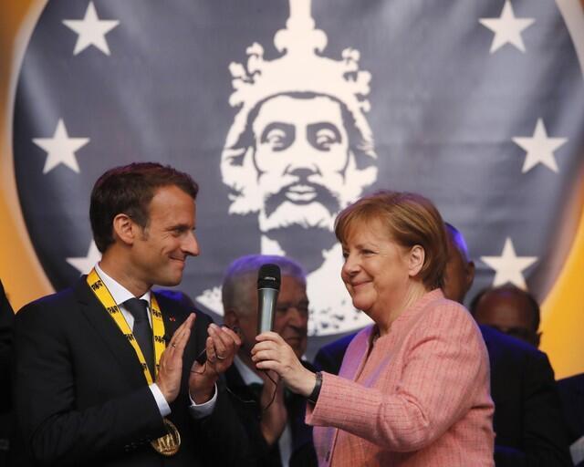 Tổng thống Pháp Macron (T) và thủ tướng Đức Merkel tại lễ trao giải Charlemagne, Aechen, 10/05/2018.