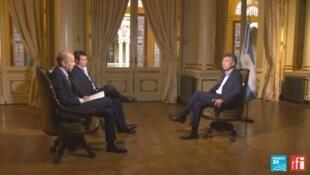 Mauricio Macri durant son interview par les journalistes Alejo Schapire (RFI) et Marc Perelman de France 24.