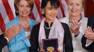 Aung San Suu Kyi reçoit la médaille d'or du Congrès américain, entourée de Nancy Pelosi (g) et Hillary Clinton, Washington, le 19 septembre 2012.