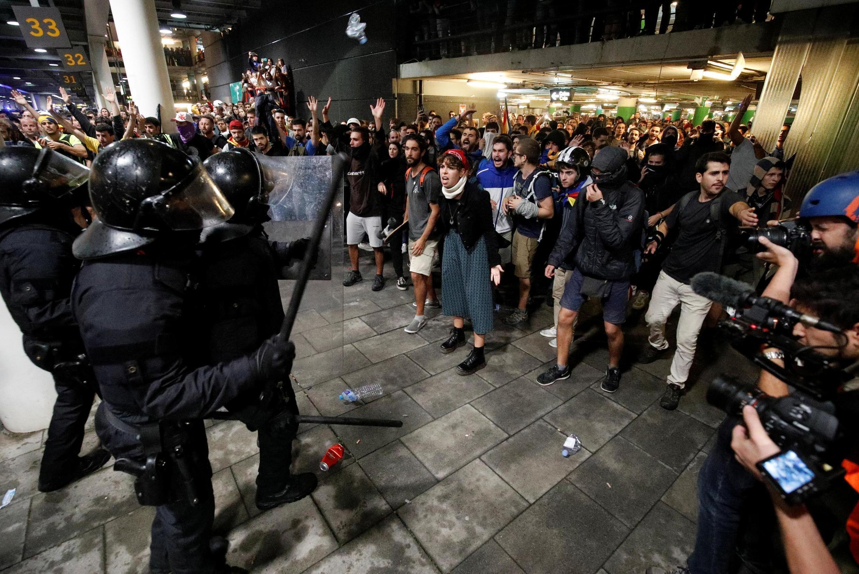 Manifestantes se chocam com policiais enquanto protestam no aeroporto, depois do veredito da Justiça espanhola contra os independentistas, em Barcelona, Espanha 14 de outubro de 2019