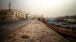 La ville de Saint-Louis, à l'embouchure du fleuve Sénégal, possède l'une des plus importantes communautés des pêcheurs de l'Afrique de l'Ouest, elle comprend plus de 4 000 équipages.
