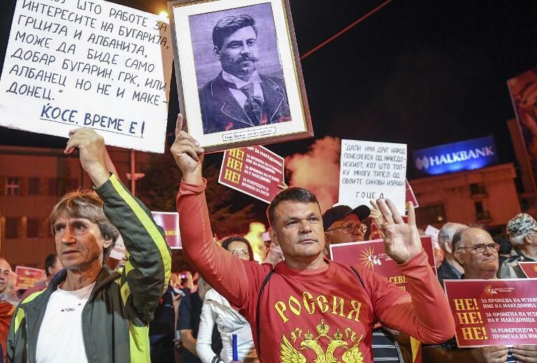 Người chống đổi tên nước Macedonia mang áo thể thao, với dòng chữ Nước Nga, biểu tình ngày 23/6/2018 tại Skopje.