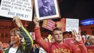 Le changement de nom de la Macédoine est au coeur de la crise diplomatique russo-grecque. Ici, un opposant au changement porte un t-shirt sur lequel on peut lire «Russie» et une photo du héros national Goce Delcev, le 23 juin 2018 à Skopje.