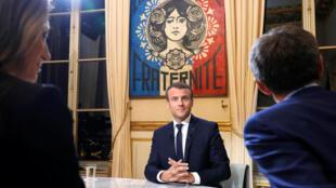 O presidente francês Emmanuel Macron durante sua primeira entrevista na televisão.