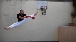 Steven Da Costa s'entraîne sur sa terrasse, à Mont-Saint-Martin, le 5 mai 2020