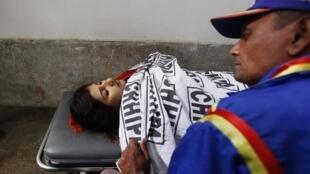 Un sauveteur, devant le corps sans vie d'une des membres d'une équipe de vaccination, tuée en janvier à Karachi.