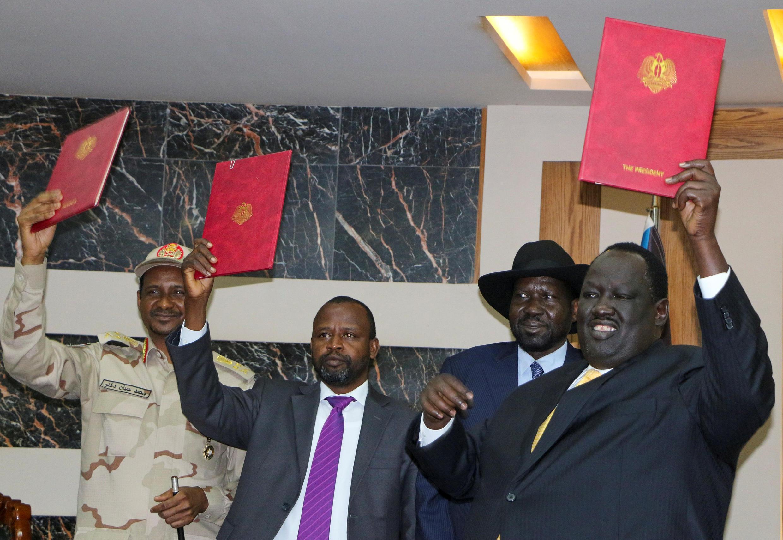 De gauche à droite: le général Mohammed H. Daglo, Hadi Idriss Yahia du SRF, le président du Soudan du Sud Salva Kiir, et Tut Galwak, du Comité de médiation sud-soudanais, à Juba, après la signature de l'accord, le 21 octobre 2019.