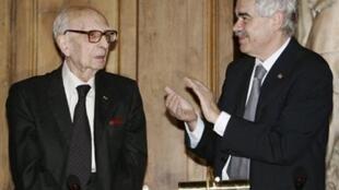 Claude Lévi-Strauss (g.) est récompensé du 17ième prix international de Catalonya par son président Pasqual Maragall (d.), le 13 Mai 2005 à Paris.
