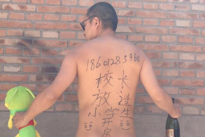 Nhà thơ Vương Tạng trong một tấm ảnh nhằm đấu tranh chống lạm dụng tình dục nữ sinh.