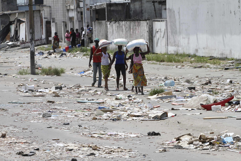 Dans les rues d'Abidjan après le pillage de magasins, le 7 avril 2011.