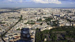 El Cementerio de Montparnasse y la sombra de la Torre de Montparnasse, en el distrito XIV.