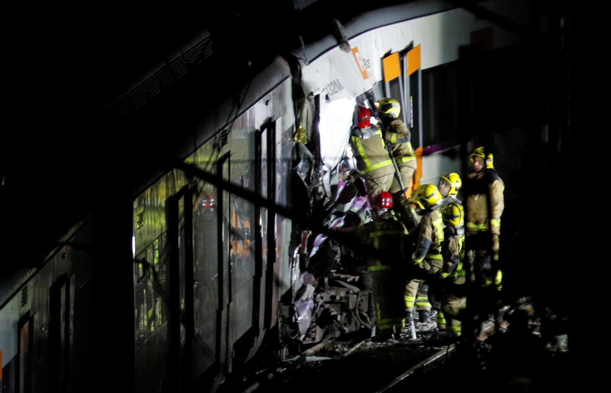 Equipes de socorro retiram feridos após colisão de trens entre Manresa e Sant Vicenç de Castellet