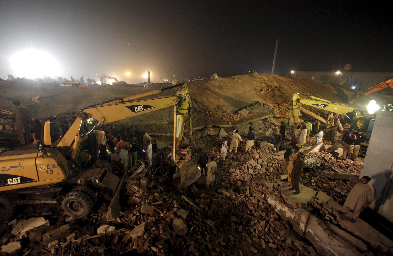 巴基斯坦倒塌工廠和救助人員