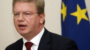 Еврокомиссар Штефан Фюле на пресс-конференции в Тиране 03/05/2012 (архив)