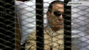 Capture d'écran de la télévision égyptienne montrant Hosni Moubarak à l'énoncé du verdict, le 2 juin 2012.