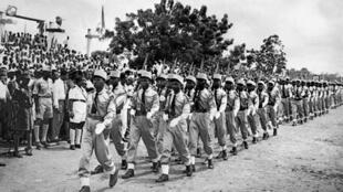 Parade militaire à Lomé le 2 mai 1960, quelques jours après l'annonce de l'indépendance du Togo le 27 avril 1960.