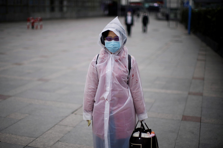 中国上海一女士在街上行走。