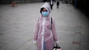 中國上海一女士在街上行走。