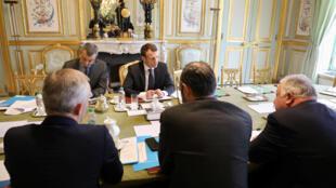 ប្រធានាធិបតីបារាំងលោក Emmanuel Macron (រូបកណ្តាល) នាយករដ្ឋមន្ត្រីបារាំង Edouard Philippe និងប្រធានព្រឹទ្ធសភាបារាំង Gerard Larche នៅវិមាន l'Elysée ទីក្រុងប៉ារីសប្រទេសបារាំងថ្ងៃទី៣០ ខែមីនាឆ្នាំ ២០១៨ ។ Ludovic Marin / Pool តាមរយៈ Reuters