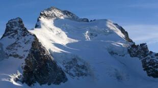 Le Dôme de neige des Ecrins (4 015 mètres), un sommet des Alpes françaises très fréquenté par des alpinistes amateurs en raison de son faible niveau de difficulté.(Illustration)