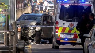Ao menos 12 pessoas ficaram feridas, algumas delas gravemente, depois que um automóvel atropelou pedestres em uma área muito movimentada de Melbourne.